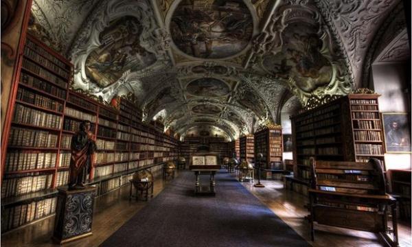 久しぶりに図書館シリーズプラハのストラホフ修道院。天井ばっか...写真